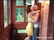 Video porno Fille en string baisée sous la Véranda